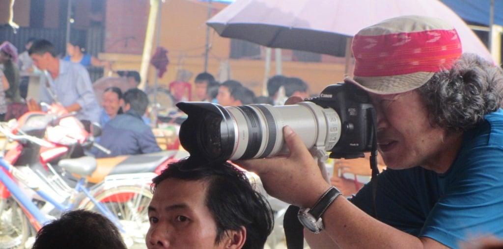 Camera pointing at Bắc Hà Market