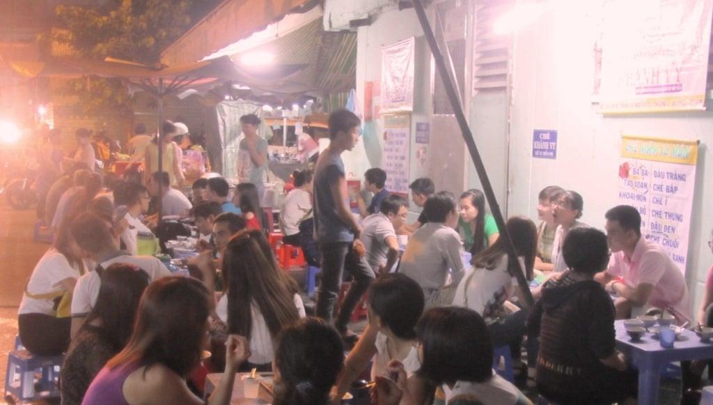 Crowds at Chè Khánh Vy, Saigon