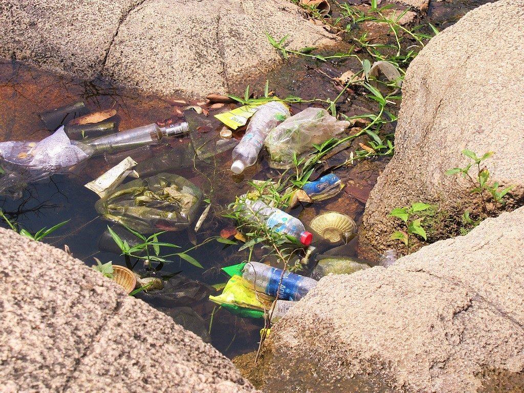Trash threatens to ruin Suoi Da Spring, Núi Dinh Mountain, Ba Ria, Vietnam