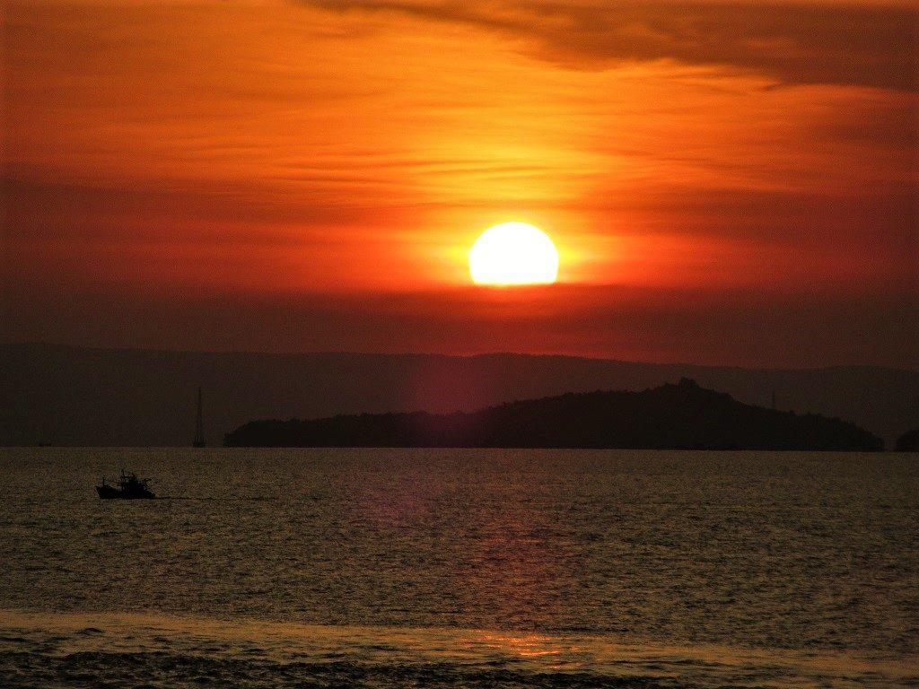 Sunset over the Pirate Islands, Hai Tac Archipelago, Vietnam