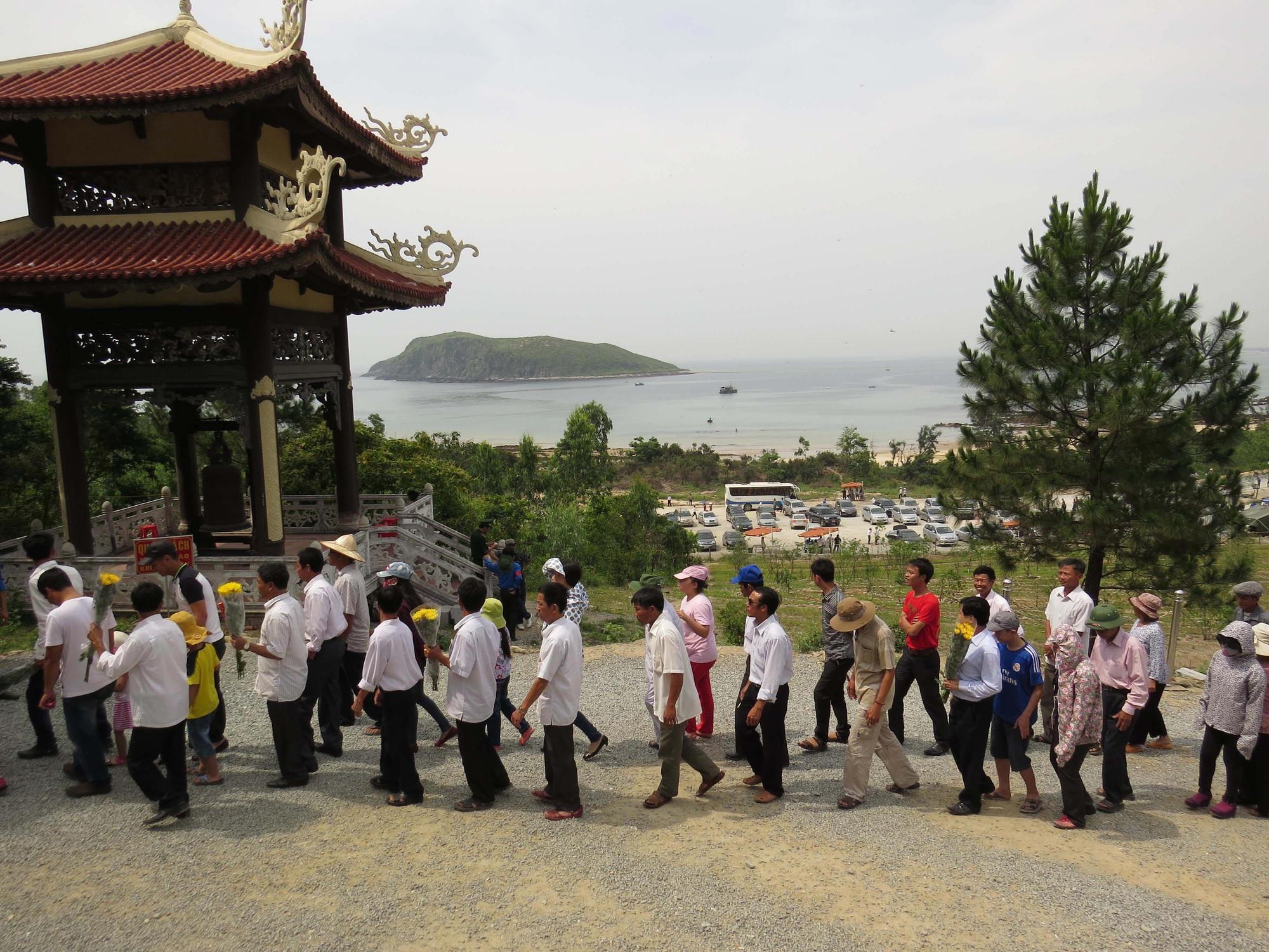 Pilgrims at General Giáp's tomb, Central Vietnam